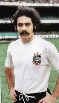 Roberto Rivelino no tempo que a camisa do clube não era manchada por modismos modernos.