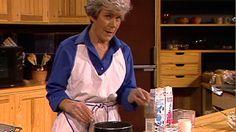 Verdenseliten spiser grøt! Ingrid Espelid Hovig har funnet en brosjyre med oppskrifter og lager grøt av byggmel og hvetekli.