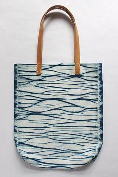 Wasseroberfläche Shibori Handgefärbte Baumwoll Tasche Tragetasche Schultertasche mit Lederriemen Indigo Blau