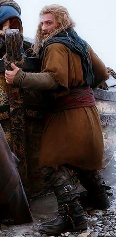 """Fili in his Laketown outfit, pushing a boat. Hobbit Cosplay, Sherlock Holmes Benedict, Sherlock Bbc, Sherlock Quotes, Benedict Cumberbatch, Legolas And Thranduil, Gandalf, Fili Und Kili, Dwarf Costume"