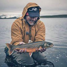 When in the Arctic, go with the arctic char. My good friend and inspiration @williammobergfaulds with his trophy.  #flugfiskeinorden #charfishing #flyfishing #dryflyfishing #flugfiske #norge #norway #sweden #turgutter #fjell #villmark #urørtnatur #utinaturen #liveterbestute #lovetheoutdoors #tørrfluefiske #fluefiskeminne #fjellfiske #fjelltur #visitnorway
