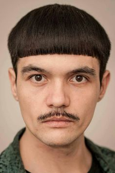 Still think that the bowl cut is boring? See how the cut has upgraded throughout the time and find out how to wear and style it today! Trendy Mens Hairstyles, Mens Medium Length Hairstyles, Teen Boy Hairstyles, Little Boy Haircuts, Hairstyles Haircuts, Haircuts For Men, Viking Hairstyles, Mushroom Haircut, Bowl Haircuts