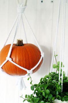 DIY Macrame Hanging… Pumpkins (via Bloglovin.com )
