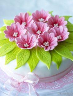 Sugar flowers intop of cake Buttercream Flowers, Fondant Flowers, Clay Flowers, Sugar Flowers, Cake Icing, Fondant Cakes, Cupcake Cakes, Mini Cakes, Cake Decorating Techniques