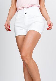 Dámske kraťasy v bielej farbe s vysokým pásom a zapínaním na gombíky. Pohodlný materiál, ideálne letné oblečenie. White Shorts, Outfits, Women, Fashion, Moda, Suits, Fashion Styles, Fashion Illustrations, Kleding