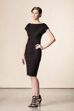 Tubino con scollo sul retro #pleinsudjeanius. Un capo versatile che abbinato al giusto accessorio è perfetto in qualsiasi situazione. #fashion #dressingfab #shoponline #perfectdress