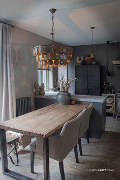 Parvani | sfeerfoto-kalkverf-sculptura, eettafel oud hout met ijzeren onderstel. Eetkamerstoelen van DMF interior, schijfjeslamp is van Hoffz.