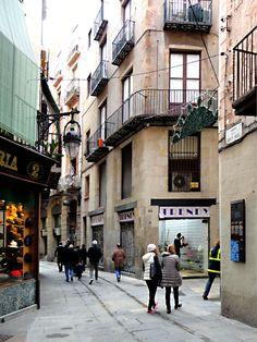 """En la calle de Banys Nous tiene su taller el escultor protagonista de """"El precio del traidor"""". Barcelona, Cool Places To Visit, The Good Place, Gothic, Street View, Street, Architecture, Goth, Barcelona Spain"""