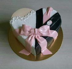 - things to try - Cake Design Cake Icing, Fondant Cakes, Cupcake Cakes, Heart Shaped Cakes, Heart Cakes, Wedding Cake Decorations, Wedding Cake Designs, Wedding Centerpieces, Beautiful Wedding Cakes