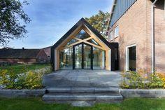 Située dans le petit village d'Aalten aux Pays-Bas, cette ferme des années 50 a été entièrement rénovée par le studio d'architecture Bureau Fraai, basé à A