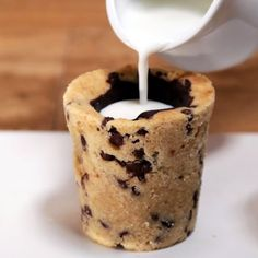 Milk and Cookie Shots are the perfect dessert for a kids party! Simplify this recipe by warming up a Chocolate Chip Cookie Dough Quest Bar and forming it into a cup for a quick and EASY dessert. Just Desserts, Delicious Desserts, Yummy Food, Unique Desserts, Dessert Healthy, Wedding Desserts, Milk Cookies, Cookies Et Biscuits, Cool Cookies