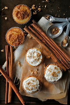 Cinnamon roll cupcakes... these look amazing!