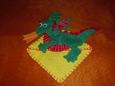 Dragon bookmark to celebrate Saint George's Day in Catalonia. Punto de libro dragon de Sant Jordi.
