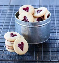 BRINGEBÆRKJEKS   TRINES MATBLOGG Y Food, Love Food, Food And Drink, Cookie Recipes, Dessert Recipes, Kos, Cake Cookies, Cupcakes, Raspberry Cookies