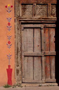 santa fe painted door_F.tif Painted door, Santa Fe, New Mexico Randall K. Southwest Decor, Southwestern Style, New Mexico Santa Fe, Santa Fe Style, Adobe House, Rustic Doors, Unique Doors, Door Makeover, Painted Doors