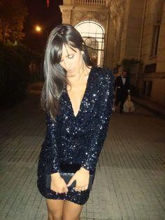 Ana Albadalejo con vestido de lentejuelas negro de French Connection - black sequin party dress - Dresseos