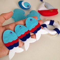 Idea para un tic-tac-toe - felt fish Felt Crafts, Fabric Crafts, Sewing Crafts, Diy And Crafts, Crafts For Kids, Felt Mobile, Baby Mobile, Craft Projects, Sewing Projects