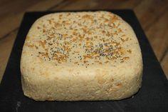 Le carré fondant (fromage végétal)  Ingrédients pour 6 personnes:  260 grammes de graines de lupins saumurées 2 cuillères à soupe de levure de bière maltée en paillettes 50 grammes d'huile de coco inodore 1/2 cuillère à café de sel non raffiné 3 cuillères à soupe d'eau