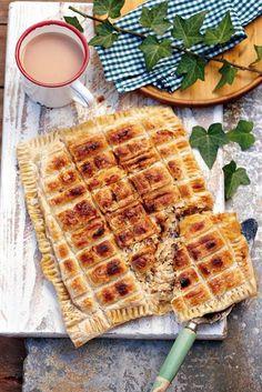 In en om die huis: Hoenderpastei op die kole Braai Recipes, Cooking Recipes, Healthy Recipes, Pie Recipes, Campfire Recipes, Campfire Food, Yummy Recipes, Braai Pie, Kos