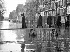 L'inondation de 1910 à Paris  Crue de la Seine. Paris, avenue Ledru-Rollin, janvier 1910. © Neurdein