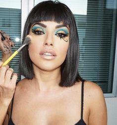Emerald and gold – eye makup Cleopatra Halloween, Cleopatra Costume, Egyptian Costume, Cleopatra Makeup, Egyptian Makeup, Halloween Outfits, Costume Halloween, Halloween Makeup Looks, Maquillage Halloween