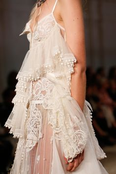 See all the Details photos from Alexander McQueen Spring/Summer 2018 Ready-To-Wear now on British Vogue Fashion Week, Runway Fashion, High Fashion, Fashion Show, Fashion Looks, Gothic Fashion, Fashion Fashion, Trendy Fashion, Haute Couture Style