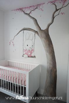 Muurschildering Nijntje op schommel met een boom. Heel lief en schattig toch voor op de babykamer?