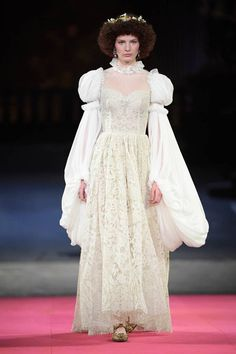 See all the Collection photos from Dolce & Gabbana - Alta Moda Autumn/Winter 2020 Pre-Fall now on British Vogue Vogue Fashion, Fashion 2020, Runway Fashion, Fashion Show, Fashion Design, High Fashion, Dolce & Gabbana, Style Couture, Haute Couture Fashion