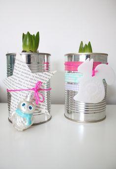 Sukkertøy for øyet - blikkboks med teip og bånd rundt og en julekule, vips: en lekker blomsterpotte til svibelen!