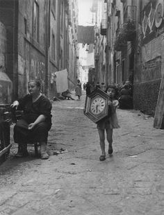 Bimba con orologio (Girl with clock) Napoli, Mario De Biasi. Italian Girl with clock (Girl with clock) Naples, Mario De Biasi. Vintage Photography, Film Photography, Street Photography, Old Photos, Vintage Photos, Cathedral City, Street Portrait, Vintage Italy, Black N White Images