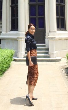 Thai Traditional Dress, Traditional Fashion, Traditional Outfits, Casual Work Outfits, Curvy Outfits, Wedding Dress Styles, Wedding Skirt, Thailand Fashion, Sophisticated Outfits