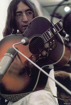 Su cara es hermosa y su guitarra también