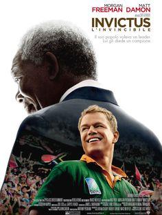 [Mandela in prigione, nella visione di François Pienaar]  Dalla notte che mi avvolge, nera come la fossa dell'Inferno, rendo grazie a qualunque Dio ci sia per la mia anima invincibile. La morsa feroce degli... - Nelson Mandela - Invictus
