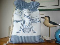 Nouveau Collection Bord de Mer Sac à linge BAIGNEUSE brodé main sur lin toile à matelas tons de bleu : Autres sacs par l-atelier-de-diane
