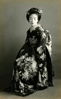 """The maiko [apprentice geisha] and geiko [geisha] have two sets of ceremonial crested kimono one for winter, the other for summer… The maiko's kimono, which is of winter weight, plus. Japanese Costume, Japanese Kimono, Japanese Outfits, Japanese Fashion, Japanese Beauty, Asian Beauty, Japanese History, Vintage Photographs, Vintage Photos"