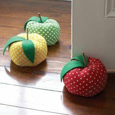 drei Äpfel voller Reis um die Tür offen zu halten Türstopper nähen