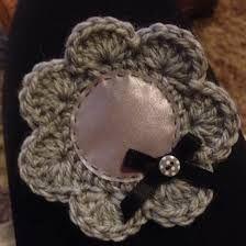 Kuvahaun tulos haulle virkattu heijastin ohje Diy Projects To Try, Crafts To Do, Hobbies And Crafts, Arts And Crafts, Diy Crafts, Diy Crochet, Little Gifts, Crochet Flowers, Burlap Wreath