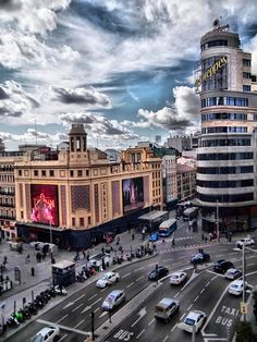 Gran via de madrid Beautiful Places In The World, Places Around The World, Around The Worlds, Foto Madrid, Seville Spain, San Fransisco, World Cities, Spain And Portugal, Hotels