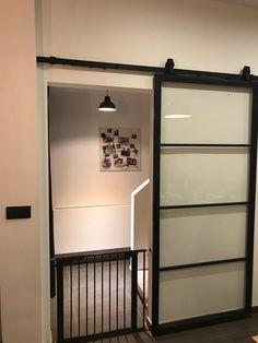Op Loftdeur.nl vind je schuifdeur van echt staal voor een voordelige prijs. Divider, Garage Doors, Outdoor Decor, Room, Furniture, Home Decor, Safety Glass, Custom Cars, Interior