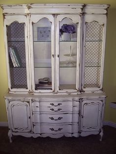 A shabby chic tea-stained china hutch, I think my china could look pretty in… Shabby Chic Kitchen, Shabby Chic Homes, Shabby Chic Decor, Shabby Chic Furniture, Home Furniture, Painted Furniture, Furniture Projects, Vintage Furniture, Hutch Makeover