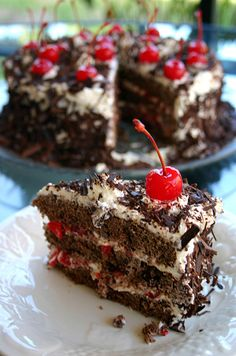 Afla cum sa prepari un delicios tort Foret Noire! Samoa Cake, Moka, Mounds Cake, Almond Joy Cake, German Chocolate, Hot Fudge, Chocolate Desserts, Delicious Desserts, Sweet Treats