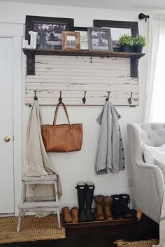 Beautiful DIY rustic entryway coat rack – A super simple way to create organization in any size entryway or mud room! A must pin! The post DIY rustic entryway coat rack – A super simple way to create organization in any… appeared first on Decor . Diy Home Decor Rustic, Rustic Entryway, Country Farmhouse Decor, Easy Home Decor, Entryway Decor, Farmhouse Style, Entryway Ideas, Farmhouse Ideas, Farmhouse Design