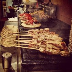 """Souvlaki """"Kosta"""": the self-service lunch that Athenians talk about - Think Athens - Plan your trip in athens Spicy Sauce, Famous Places, Tzatziki, Greek Recipes, Skewers, Pulled Pork, Places To Eat, Tomatoes, Grilling"""