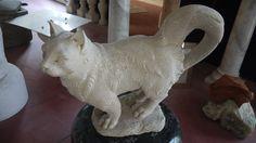Scultura gatto in pietra - http://test.achillegrassi.com/project/scultura-cane-in-pietra-2/ - Splendido esempio di scultura,in Pietra bianca di Vicenza, raffigurante un gatto. Da notare la cura dei dettagli delle decorazioni realizzati dai nostri abili scalpellini.  Dimensioni:  65cm x 30cm x 55cm