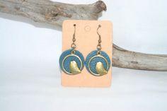 Boucles d'oreilles en cuir petrole et oiseau bronze : Boucles d'oreille par melija