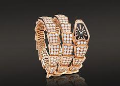 Orologio al quarzo SERPENTI con cassa in oro rosa 18 carati e diamanti taglio brillante. Proposto con quadrante in cristallo zaffiro nero e bracciale a due spirali in oro rosa 18 carati con diamanti taglio brillante.