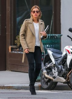Hailey Bieber Photos - Model Hailey Baldwin is spotted out and about in New York City, New York on March Haileyrecently returned from the Bahamas where she enjoyed an all girls getaway. - Hailey Baldwin Out And About In NYC Estilo Hailey Baldwin, Hailey Baldwin Style, Haley Baldwin, Best Street Style, Street Style Outfits, Winter Outfits, Casual Outfits, Cute Outfits, Outfits Inspiration