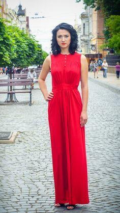 Стильное трикотажное платье под пояс, со складками по всей длине. Будьте уверенны в том, что в такой одежде ваш вкус оценят по достоинству.