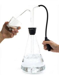 Arnout Visser ,Table Tap, aspirer l'eau pour la mettre dans le verre.  Inspirer des laboratoires - esthétique rappelant les sciences - le laboratoire.