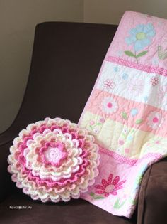 Crochet Blooming Flower Pillow - Repeat Crafter Me Crochet Home, Love Crochet, Crochet Crafts, Crochet Flowers, Crochet Projects, Knit Crochet, Crochet Blankets, Crochet Granny, Crochet Pillow Pattern